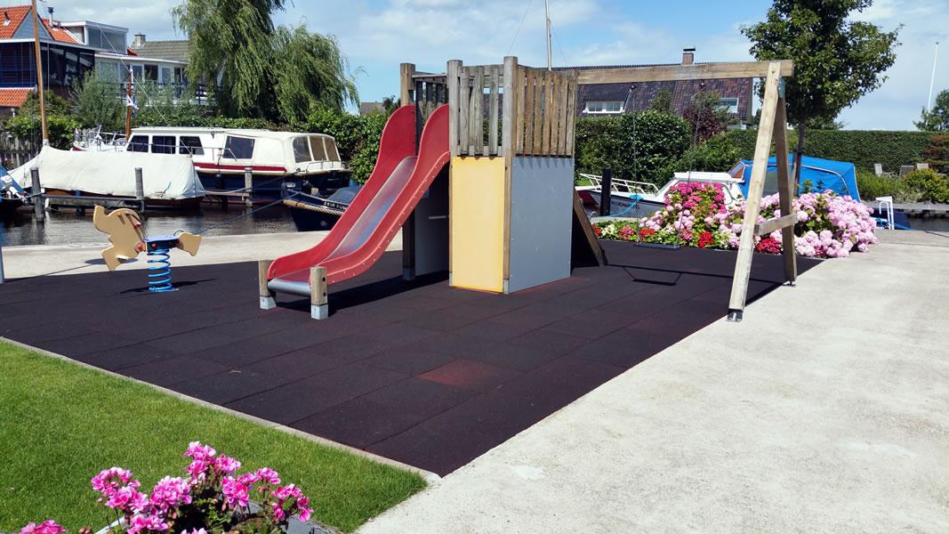 Speelveldje voor de kinderen bij Jachthaven de Brasem
