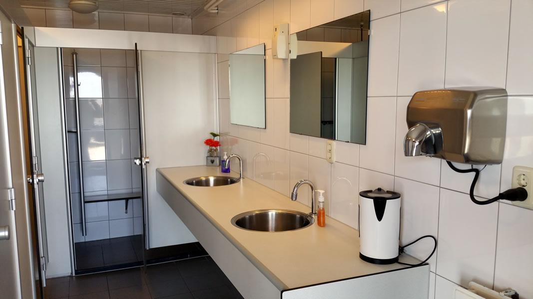 Goed schoongehouden douches, wastafels & toiletten in Jachthaven de Brasem