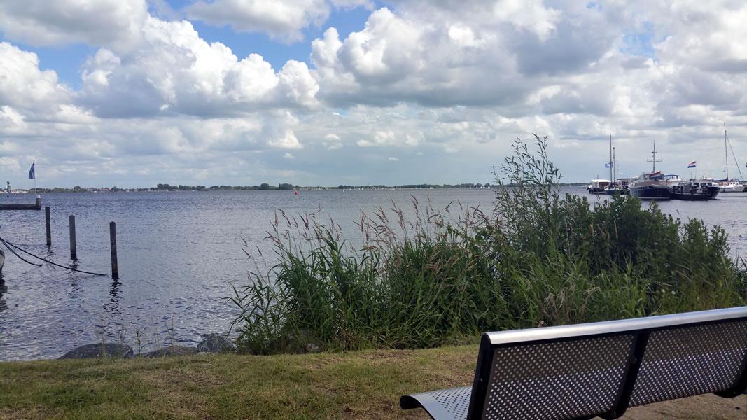 Uitzicht op het Braassemermeer bij Jachthaven de Brasem