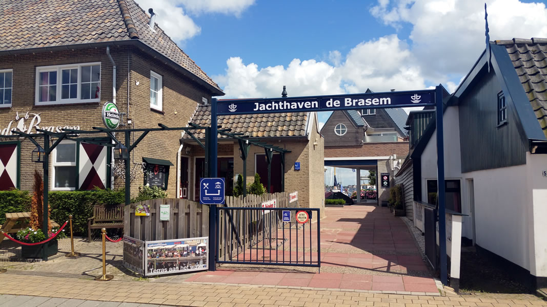 Entree Jachthaven de Brasem vanaf de weg