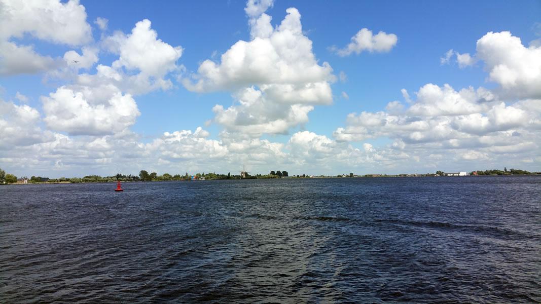 Mooi uitzicht op de Braassem vanaf de passantensteiger van Jachthaven de Brasem