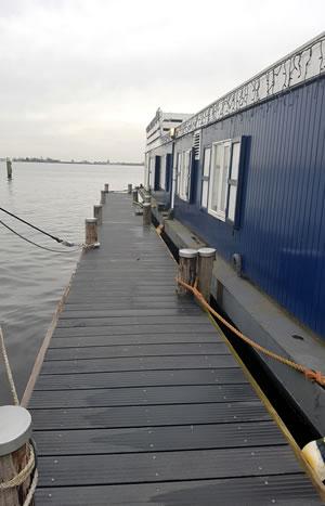 Jachthaven de Brasem: nieuwe steiger bij woonark
